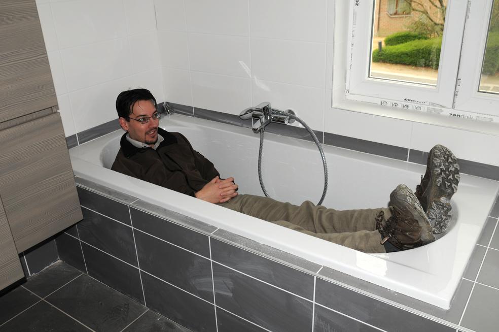 bad schuin toffe van een badkamer op het eerste verdiep onder een