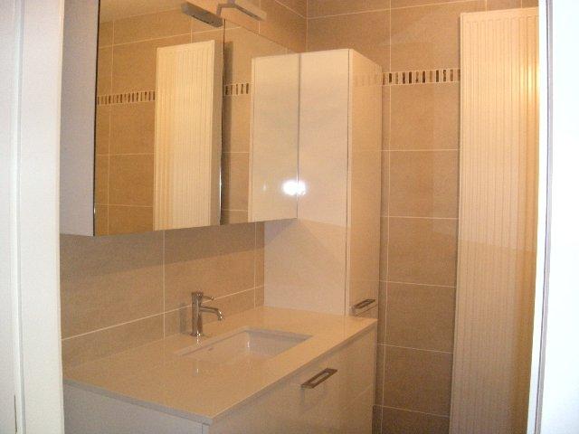 Breng wat kleur in je leven - Bruine en beige badkamer ...