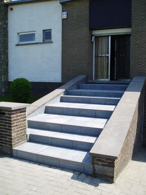 ... van trap naar voordeur in keramiek tegel met antislip profiel