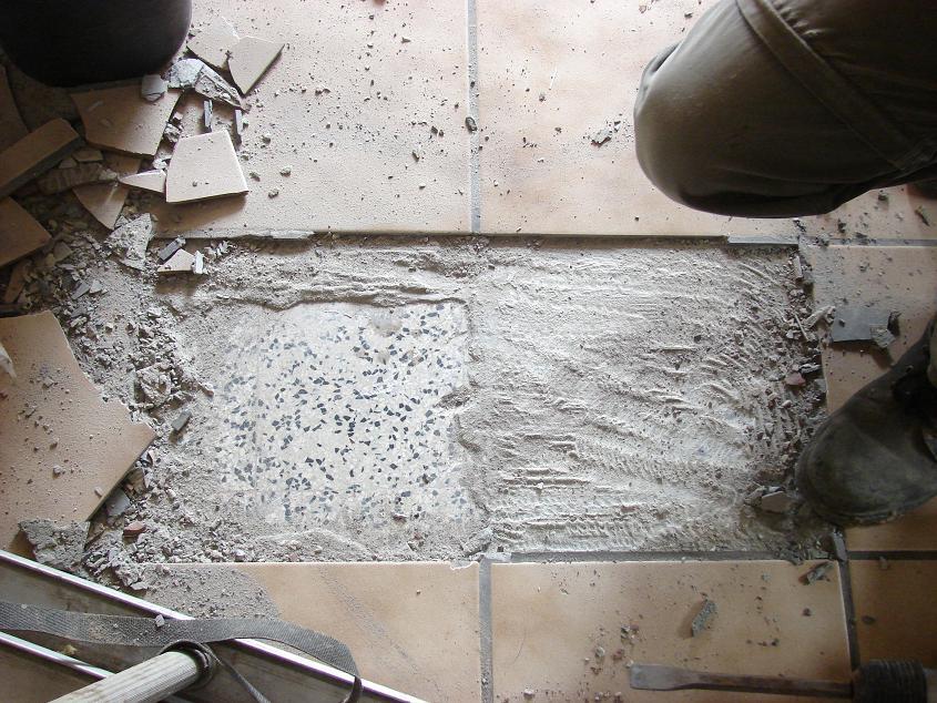 Plafondpanelen Badkamer ~ Vervolgens brak hij beide lagen tegels kapot waar de afvoerbuizen