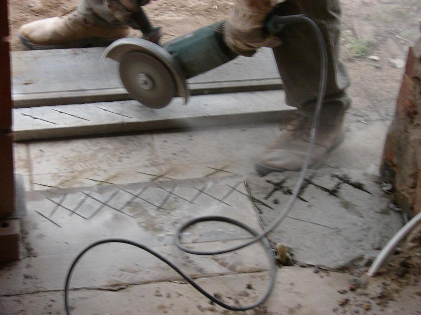 20170401&022344_Douche Dorpel Plaatsen ~   stuk betonplaat onder zodat de dorpel zeker niet zou kunnen afbreken