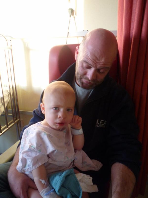 baby geboren met handje naast hoofdje